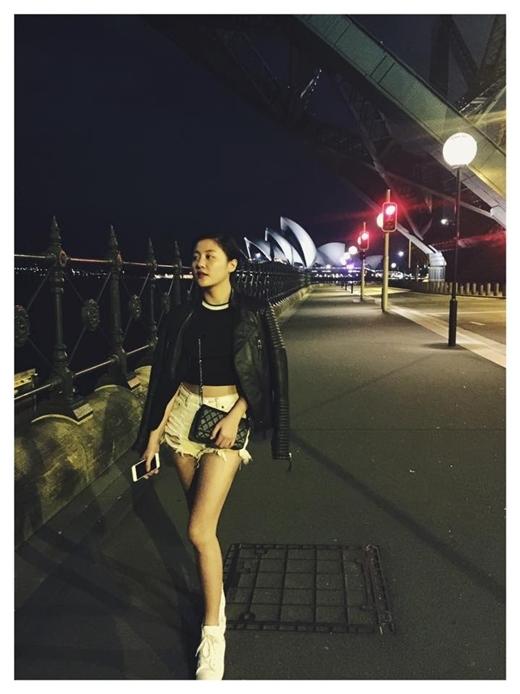 Văn Mai Hương tung tăng thả dáng trên đường phố Sydney, Úc. Diện chiếc áo lửng hở bụng để khoe vòng eo thon gọn và quần short ngắn, cô nàng tự tin khoe đôi chân thon thả của mình.