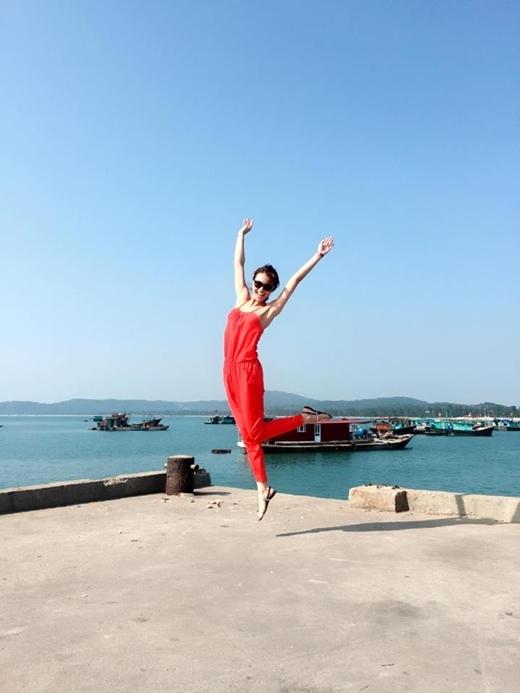 Diện nguyên cây đỏ nổi bần bật, Hồng Quế khoe vẻ trẻ trung, năng động trước biển.