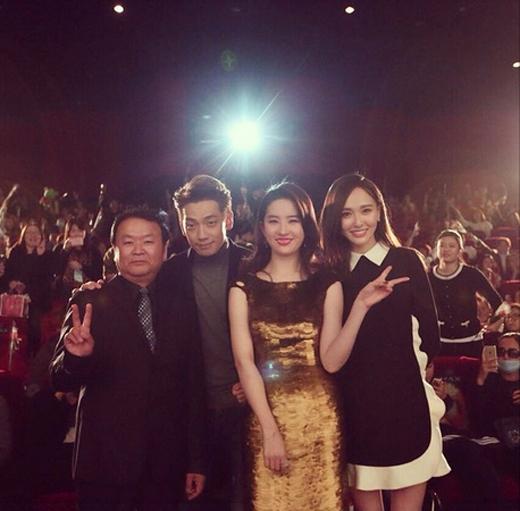 Rain đăng tải bức hình anh cùng Lưu Diệc Phitham dự buổi họp báo phim Hông Nhan Lộ Thủy