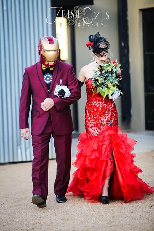 Cô dâu Harley Quinn Ali Butrym được bố Iron Man dắt tay vào nơi làm lễ