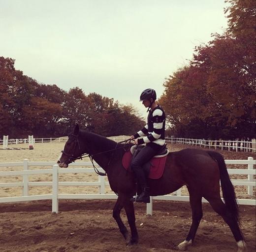 Tao khoe hình đi cởi ngựa và chia sẻ trên trang cá nhân: Đã lâu rồi không cưỡi ngựa, nhưng lâu lâu được ngồi lên lưng ngựa khiến tâm trạng thật thoải mái.