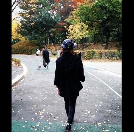 Minzy tận hưởng mùa thu đầy lá vàng và hào hứng đi dạo hưởng khí trời ấm áp.
