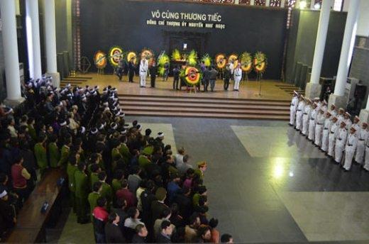 Bên trong nhà tang lễ, nhiều cơ quan, đoàn thể đã đến dâng hoa viếng thượng úy Ngọc