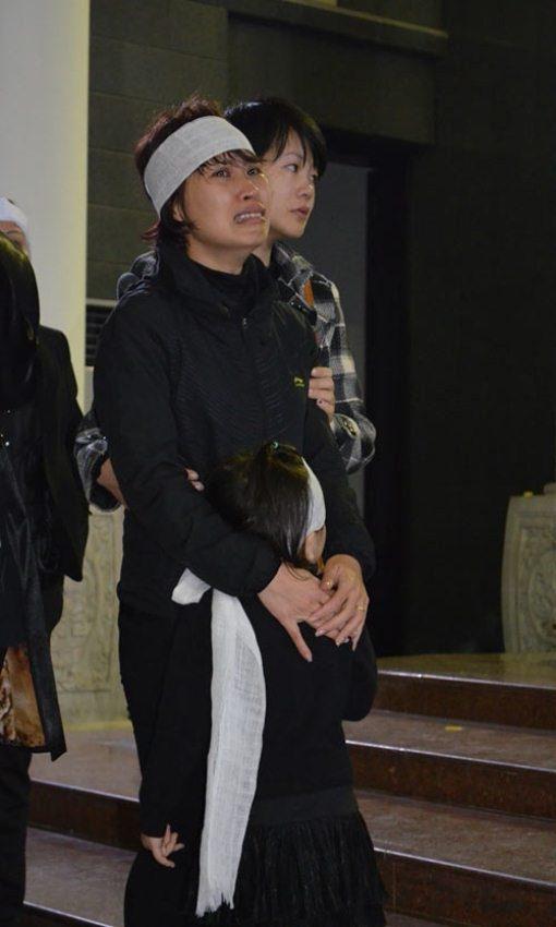 Chị Lê Thị Ngọc Hà (31 tuổi) khóc lịm người đi trong lễ viếng của chồng