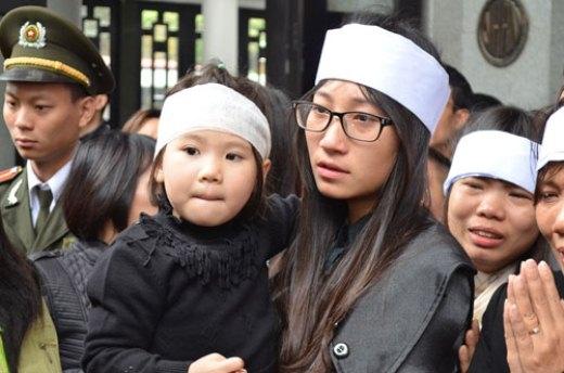 Ánh mắt ngơ ngác của bé Nguyễn Lê Bảo Châu (4 tuổi), con anh Ngọc