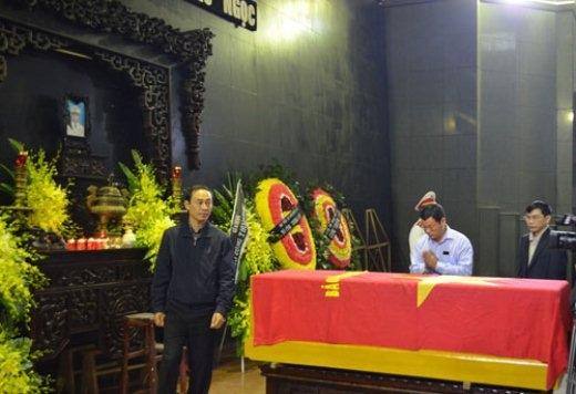 Có mặt trong lễ viếng, ông Lê Đình Thọ, Thứ trưởng Bộ GTVT dẫn đầu đoàn dâng hoa viếng thượng úy Ngọc.