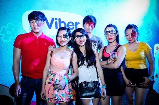 Các bạn trẻ hào hứng tham dự lễ hội hóa trang đầy màu sắc