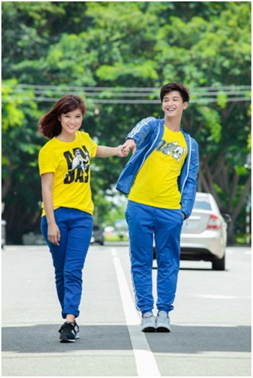 Trang phục rất thể thao với hai màu nổi bật như vàng và xanh khiến cả hai luôn tự tin khi ra ngoài cùng nhau.