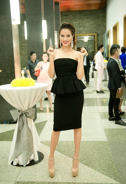 Cô diện đầm Dsquare có giá 1700 USD và đi giày Louboutin 1500 USD - Tin sao Viet - Tin tuc sao Viet - Scandal sao Viet - Tin tuc cua Sao - Tin cua Sao