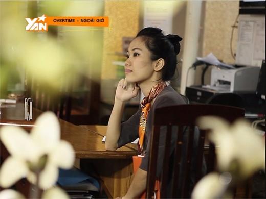 Huyền Thơ trong trang phục nhân viên bán hàng của Nội thất Chi Lai