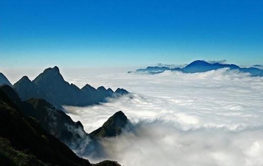 Dù nhìn gần hay nhìn xa thì những đám mây luôn ôm lấy đỉnh núi