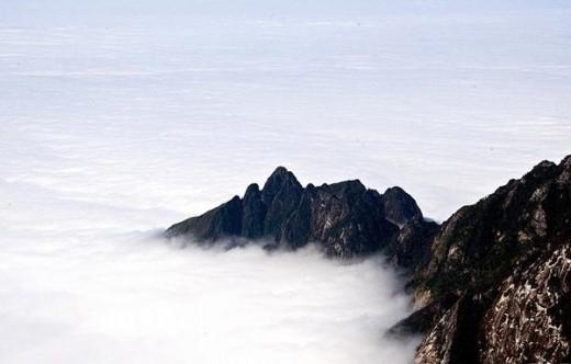 Núi bồng bềnh trong biển sương tạo nên cảnh quan kỳ ảo vô cùng