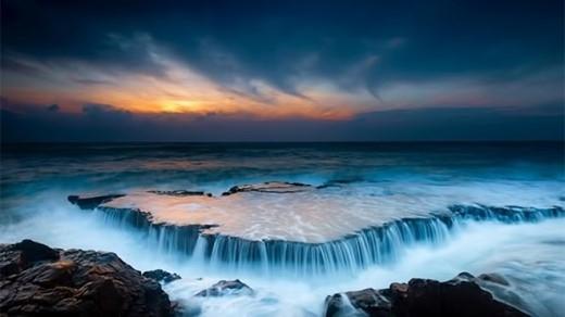 """Nằm ở phía Nam của vịnh Vĩnh Hy, cách thành phố Phan Rang chừng 35 km, bãi Hang Rái giống như """"một nàng công chúa đang ngủ yên"""" giữa các địa danh nổi tiếng thuộc tỉnh Ninh Thuận đang chờ người đến """"đánh thức"""". Bãi Hang Rái không chỉ có địa thế núi chắn sóng, chất chồng lên nhau tạo nên những hang động đẹp mắt mà còn là khu vực sinh sống của loài rái cá."""