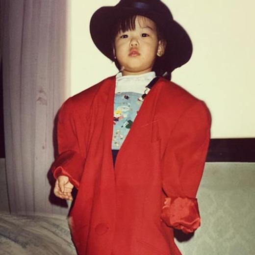 Sooyoung bất ngờ hoài niệm về tuổi thơ và cô đã đăng tải rất nhiều hình ảnh thuở be khiến fan vô cùng thích thú. Trong đó, Sooyoung đã khoe một bức ảnh mặc áo khoác đỏ của người lớn và nói rằng: Thời trang của tôi đây. Sinh ra để trở thành người thời trang vậy nè.