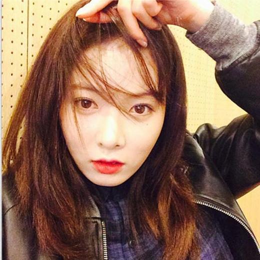 HyunA thích thú nghịch tóc của mình và khoe trên trang cá nhân với một dòng chư: Mái của tôi.