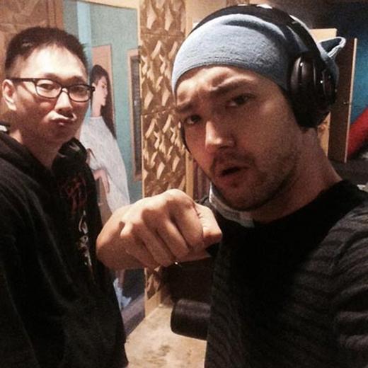 Siwon khoe ảnh đang chăm chỉ tập luyện trong phòng thu. Anh đăng tải hình và chia sẻ: Các bạn có muốn tham gia cùng chúng tôi không?
