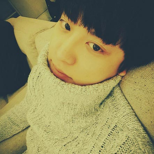Tại Hàn Quốc đang là mùa đông nên thời tiết khá lạnh, Chanyeol đã đăng tải một bức ảnh anh mặc áo len kín cổ và rút vào trong ấy thật đáng yêu.
