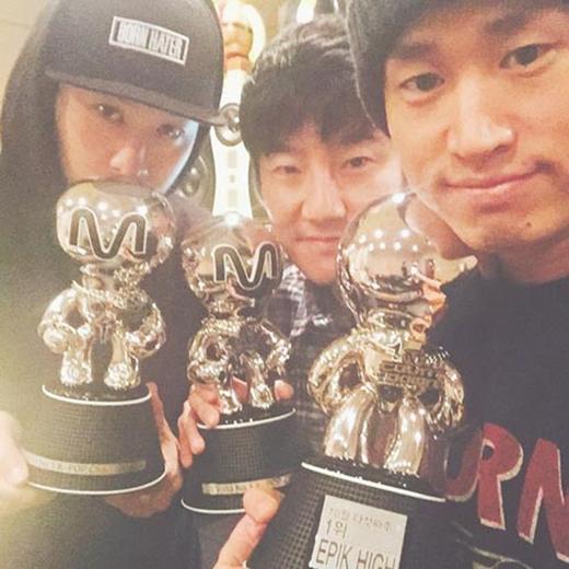 Epik High khoe ảnh được ba giải tại sân khấu M! Countdown và viết: Một ngày sau khi chúng tôi hoàn thành xong tour concert, ba giải thưởng mà chúng tôi nhận được. Có những điều ngẫu nhiên đến lạ thường. Cảm ơn các bạn.