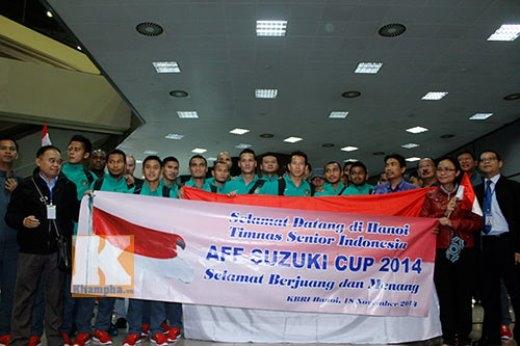 Cả đội chụp hình lưu niệm tại sân bay Nội Bài