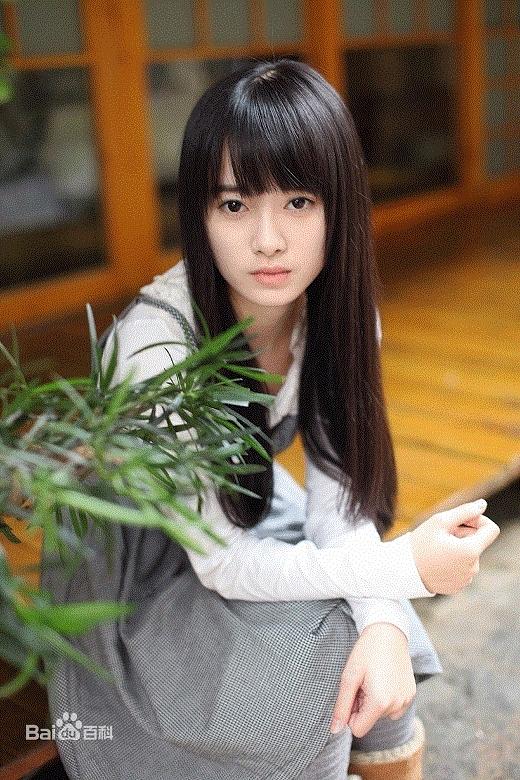 Cúc Tịnh Y sinh năm 1994, người Tứ Xuyên, Trung Quốc, là thành viên của nhóm nhạc nữ SNH48.