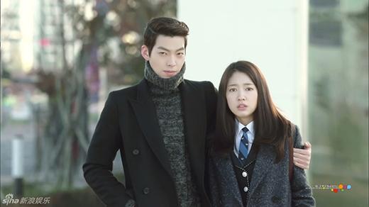 Bên cạnh Lee Min Ho, Kim Woo Bin cũng rất được chú ý khi xuất hiện bên cạnh người đẹp Park Shin Hye. Dù chỉ đảm nhận vai nam thứ chính trong The Heirs, nhưng giữa Kim Woo Bin và Park Shin Hye vẫn có những khoảng khắc rất đáng yêu và ghi dấu ấn trong lòng khán giả màn ảnh nhỏ.