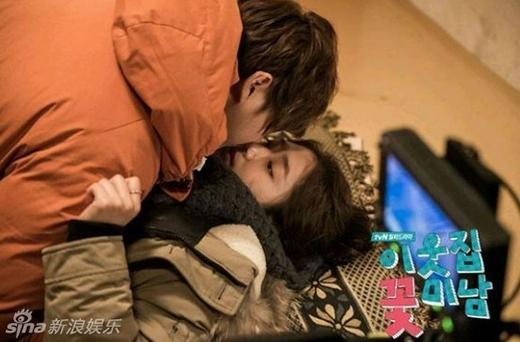 Với sự kết đôi ăn ý trong phim Flower Boy Next Door,Yoon Shi Yoon và Park Shin Hye nhanh chóng trở thành tâm điểm chú ý của nhiều fan. Trong một lần phỏng vấn, Park Shin Hye bất ngờ thú nhận hình mẫu lý tưởng của mình là Yoon Shi Yoon. Dù vậy, cả hai chi là đôi tình nhân lãng mạn trên màn ảnh và phủ nhận hoàn toàn những tin đồn hẹn hò.