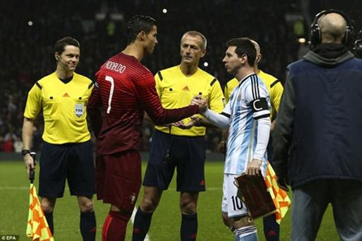 Cái bắt tay rất chặt giữa đội trưởng của hai đội