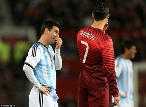 Ronaldo và Messi còn trò chuyện thân mật trên sân