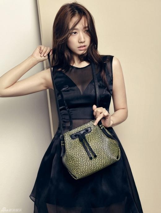 """Park Shin Hye """"khoe túi xách"""" trong bộ ảnh mới"""