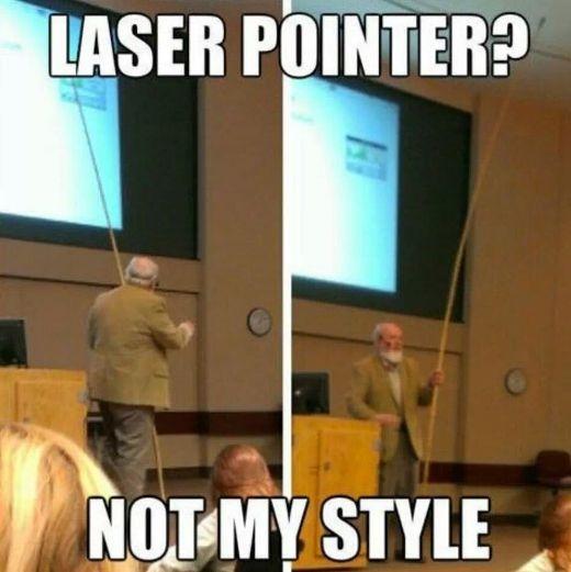 Thầy không cần bút laze để giảng bài nữa, thầy đã có tuyệt chiêu riêng