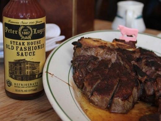 Nếm thử món sườn bò nướng hấp dẫn được ướp gia vị vô cùng hấp dẫn tại nhà hàng Peter Luger, New York