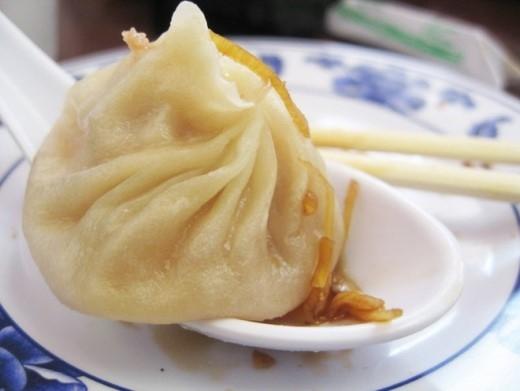 Bánh bao súp Thượng Hải là món vừa ngon nhưng cũng khiến nhiều thực khách lúng túng. Bạn phải chấm bánh vào nước tương, đặt bánh lên muỗng rồi chọc đũa để nước súp từ trong nhân trào ra muỗng và ăn cả nhân lẫn nước súp
