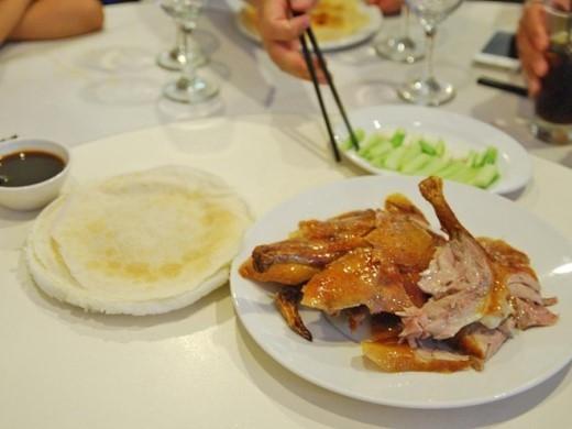 Bất cứ ai chưa từng thử qua món vịt quay Bắc Kinh nổi tiếng thì chắc chắn phải thử một lần trong đời. Món ăn truyền thống này đã đưa rất nhiều du khách tới Bắc Kinh mỗi năm