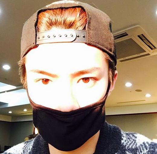 Sehun khoe mắt nâu cực đẹp của mình khiến fan thích thú