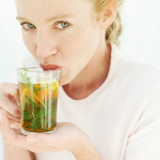 Uống trà xanh - cách đơn giản để sở hữu làn da tươi trẻ.