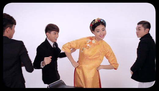 Dù đang rất bận rộn với các công việc tại trường quay nhưng diễn viên Ngô Thanh Vân vẫn luôn bên cạnh chỉ đạo và hướng dẫn các học trò của mình khi thực hiện MV lần này. - Tin sao Viet - Tin tuc sao Viet - Scandal sao Viet - Tin tuc cua Sao - Tin cua Sao