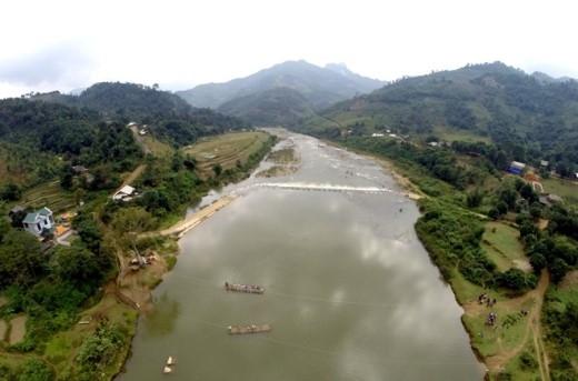 Suối Ngòi Thia chảy qua địa phận xã An Lương, huyện Văn Chấn (Yên Bái) chia cắt 12 bản ở xã. Từ nhiều năm nay, người dân buộc phải dùng mảng để qua suối bởi đây là con đường duy nhất.