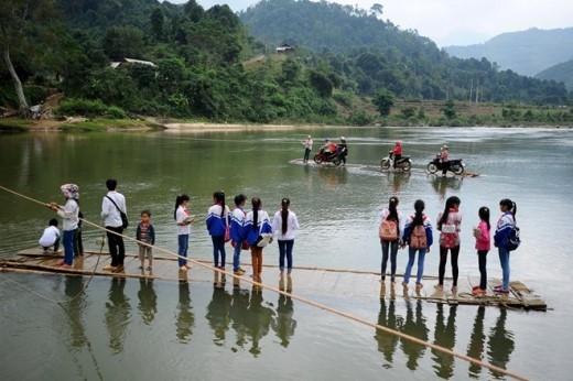 Học sinh ở trường Tiểu học, THCS An Lương là những người hàng ngày phải theo cách này đến trường. Cả hai trường đều có lớp bán trú nhưng có nhiều em nhà gần nên hằng ngày qua suối đến hai lần.