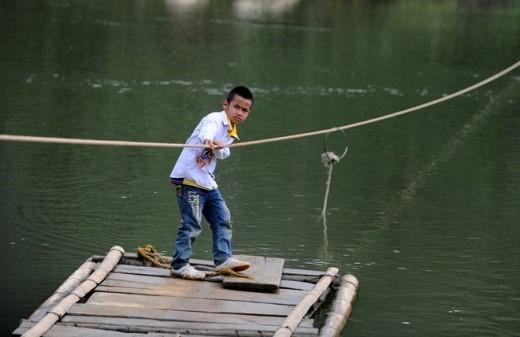 Những đứa trẻ ở xã nghèo này đã quá quen với đi mảng, đôi khi chúng còn tự kéo dây vượt suối.