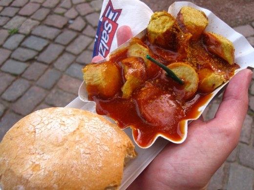 Khi đến Đức, đừng bỏ qua món xúc xích nướng sốt cà ri thơm ngon. Nổi tiếng là vương quốc của xúc xích, chắc chắn bạn sẽ không thất vọng với món ăn nổi tiếng này