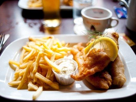 Món cá chiên ăn kèm khoa tây có thể được xem là kinh điển của ẩm thực xứ sương mù Anh Quốc. Miếng cá nóng hổi, tươi ngon được chiên trong lớp bột áo mỏng nhưng giòn tan.