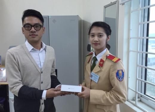 Thượng sĩ Nguyễn Hồng Nhung trả lại chiếc iPhone cho người đánh rơi.