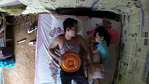 Bố con Phan Anh chọn giải pháp là ngủ trưa trong cái nóng 30 độ. - Tin sao Viet - Tin tuc sao Viet - Scandal sao Viet - Tin tuc cua Sao - Tin cua Sao