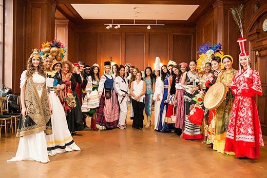Đại diện của Việt Nam rạng rỡ chụp ảnh kỷ niệm với các thí sinh trong buổi tổng duyệt chương trình thi 'Dance of the world' và Tài năng - Tin sao Viet - Tin tuc sao Viet - Scandal sao Viet - Tin tuc cua Sao - Tin cua Sao