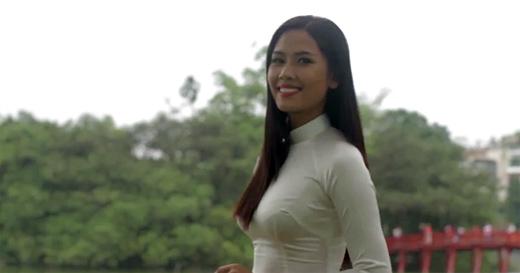 Nguyễn Thị Loan tự tin nói tiếng anh, khoe áo tứ thân tại Miss World