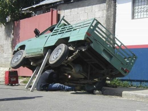 Tự tin chui vào gầm sửa xe hơi