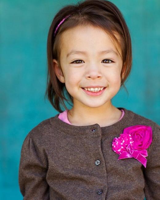 Aubrey Anderson-Emmons từng xuất hiện trên chương trình Modern Family của ABC. Dù nhỏ tuổi nhưng cô bé Hàn Quốc lai Mỹ này sớm bộc lộ những tài năng cô cùng đáng yêu.