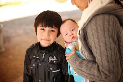 Dexter Mead lai Mỹ và Hàn Quốc, mọi người có thể nhận ra cậu trong chương trình B2ST Almighty của đài MTV, nơi mà cậu từng xuất hiện với em gái nhỏ của mình.