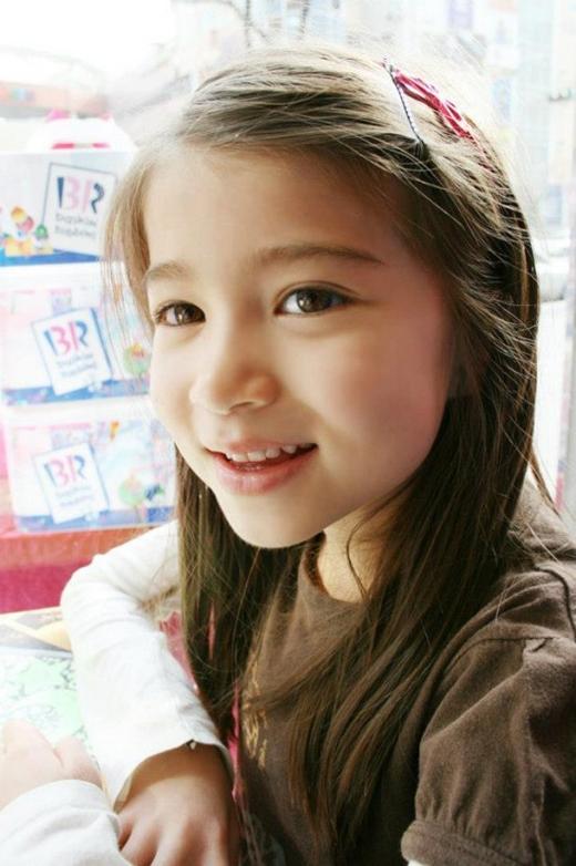 Kaiya Saley mang hai dòng máu Canada và Hàn Quốc, cô bé sở hữu một nụ cười đáng yêu, đôi mắt to tròn cùng những cử chỉ dễ thương vô cùng tự nhiên.