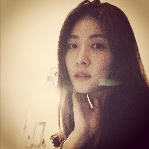 Ha Ji Won khoe hình tự sướng cực xinh trong ánh sáng mờ ảo khiến các fan không khỏi ngất ngây